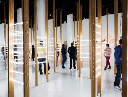 Exposição em São Paulo exibe produção de poetas contemporâneos e convida o público a compor seus próprios versos