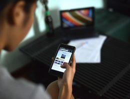Jovens têm dificuldade de avaliar credibilidade de notícias, diz pesquisa de universidade americana