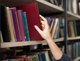 Escolas enfrentam falta de acesso a obras literárias e insuficiência de acervos