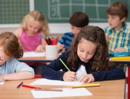 Qual a discussão sobre a idade mínima para matrícula no ensino fundamental
