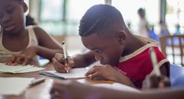 Crianças são estimuladas a lerem e têm como resultado livros de suas autorias