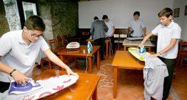 Escola espanhola ensina meninos a cozinhar, lavar e passar roupas