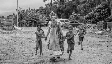 Gabriela Winter, do Palhaços sem Fronteiras Brasil na Favela do Sapo, SP (foto: Ricardo Avellar/ 2017)